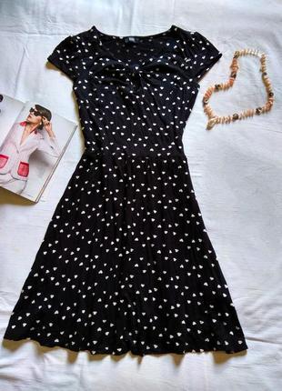 Черное платье в белых сердечках