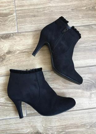 Изысканные черные ботильоны ботинки с рюшей на среднем каблуке