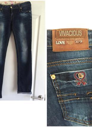 Синие джинсы прямые узкие на бедрах с потертостями осенние весенние плотные