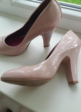 Очень стильные лаковые пудровые туфли