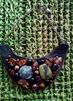 Оригинальное колье-воротничек из натуральных камней и кожи