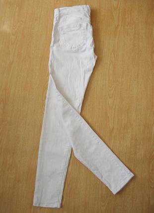 Белые узкие джинсы
