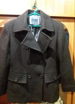 Укороченное шерстяное пальто.