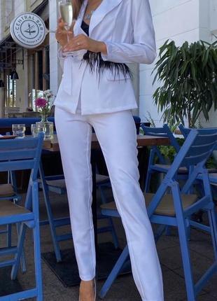 Белый костюм с перьями