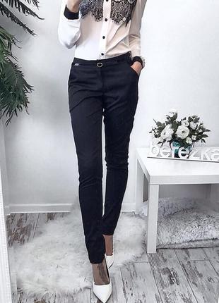 Класичні чорні штани з високою посадкою