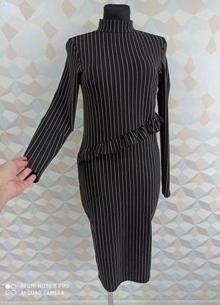 Стильное трикотажное миди платье футляр  с воланом в полоску
