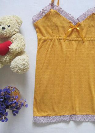 Майка на тонких бретелях с кружевом желтая бельевой стиль в перфорации в виде цветочков