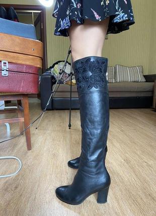 Классные сапоги ботфорты с вышивкой