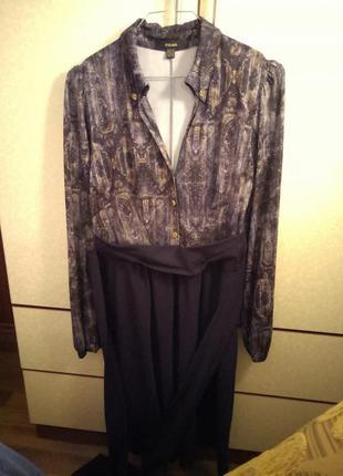 Платье в деловом стиле с вырезом