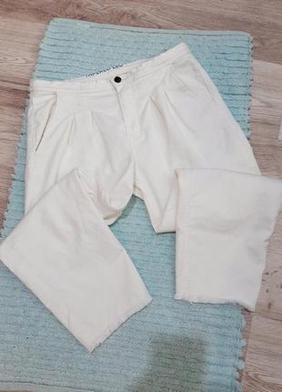 Белые джинсы, штаны с завышенной посадкой талией, рванным необработанным краем