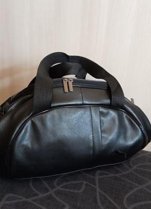 Вместительная спортивная сумка из качественной экокожи