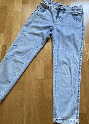 Светло голубые джинсы mom fit house