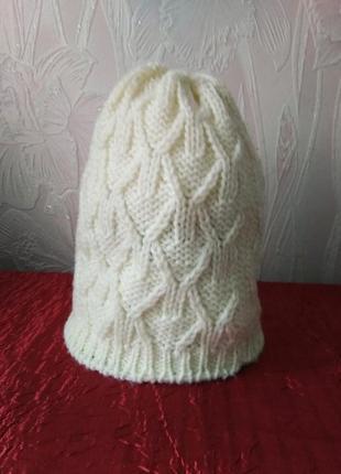 Белая шапочка с узором.
