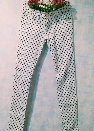 Белые стильные джинсы в горошек