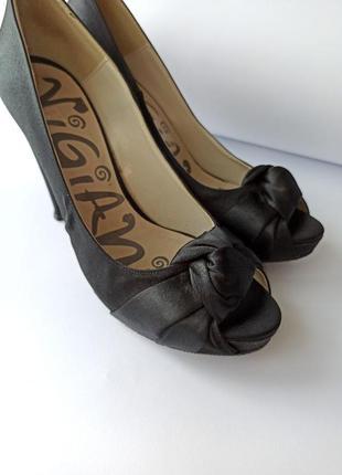 Модные женские туфли на каблуке.