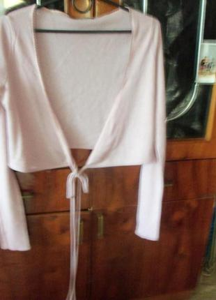 Нежно-розовая фирменная накидка с длинным  пояском.