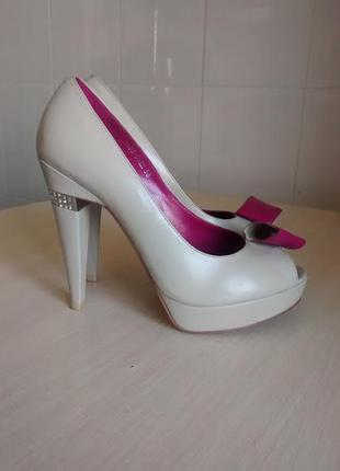 Бежевые туфли luciano carvari