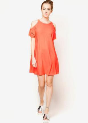 Стильное яркое персиковое платье с открытыми плечиками