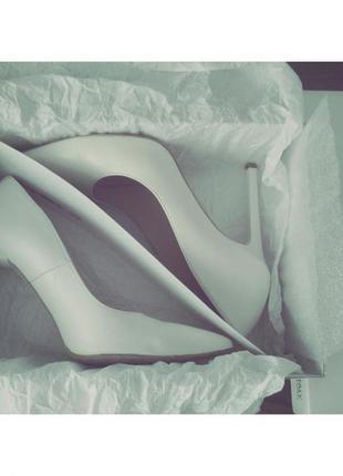 Білі шкіряні туфлі