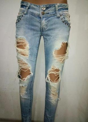 Стильные джинсы дырками