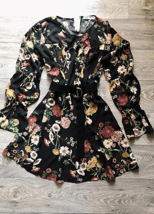 Платье в цветочек с красивым рукавом