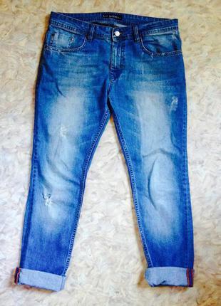Фирменные джинсы бойфренд, рваные с пятнами краски селвидж