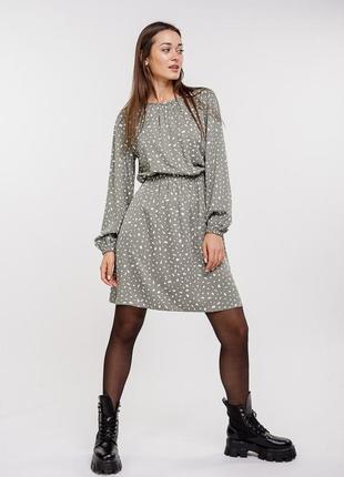 Короткое платье оливковое с длинными рукавами и с резинкой на талии с абстрактным принтом