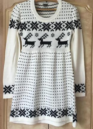 Тёплое вязаное платье с оленями