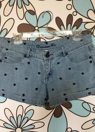 Джинсовые шорты с вышивкой сердечками