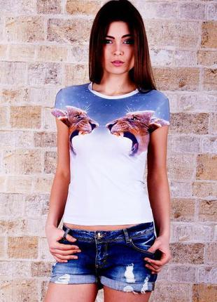 Красивая футболка с анималистическим принтом.