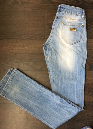 Светлые джинсы прямого кроя