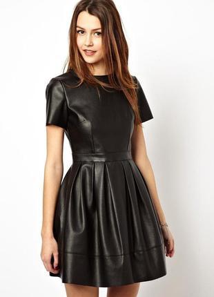 Платье с кожаными вставками перфорацией