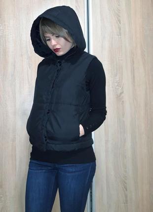 Классная теплая и легкая жилетка на синтепоне с объемным капюшоном