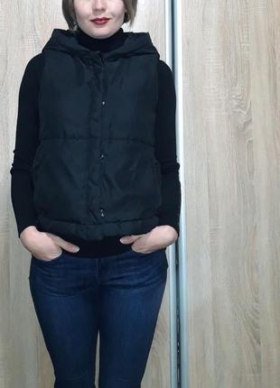 Классная теплая и легкая жилетка на синтепоне с объемным капюшоном3 фото