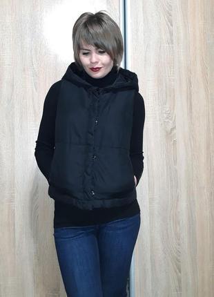 Классная теплая и легкая жилетка на синтепоне с объемным капюшоном6 фото
