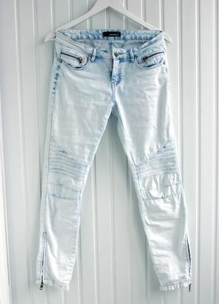 Светлые узкие джинсы скинни на средней посадке