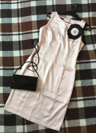 Нарядное атласное платье-футляр пудрового цвета с брошью-цветоком. oodji. р.46