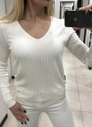 Белый свитер в рубчик. mohito. размеры уточняйте.