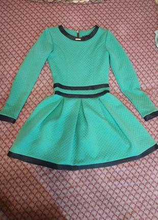 Красивое платье с длинными рукавами