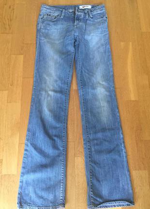 Светло-голубые джинсы прямые