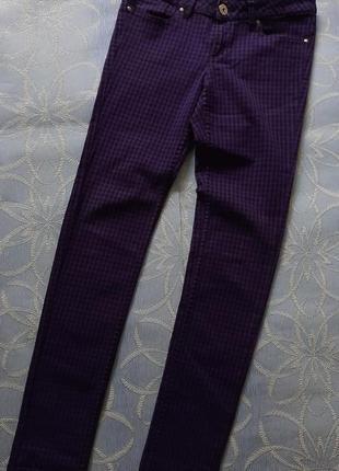 Крутые фолетовые в клетку джинсы скинни