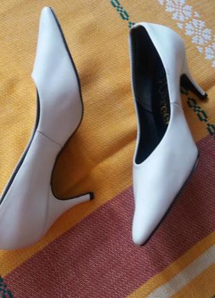 Белые кожаные туфли лодочка на шпильке производство англия.3 фото