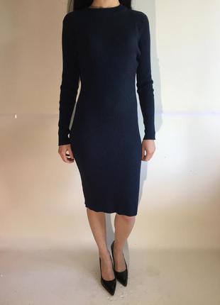 Стильное платье по фигуре в модный рубчик с длинным рукавом