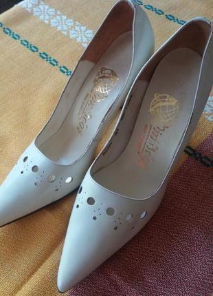 Оригинальные белые кожаные туфли лодочка на шпильке производство венгрия.