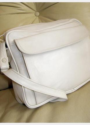 Светлая объемная кожаная сумка почтпльон на плечо -  100% натуральная кожа