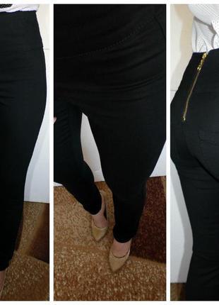 Женские черные джинсы с высокой посадкой.