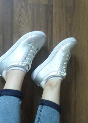 Серебристые кроссовки / кеды