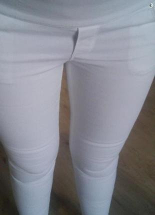 Белоснежные джинсы для беременной