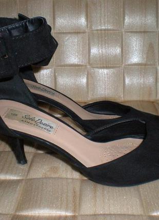 Стильные замшевые босоножки на небольшом каблуке. бренд - atmosphere.