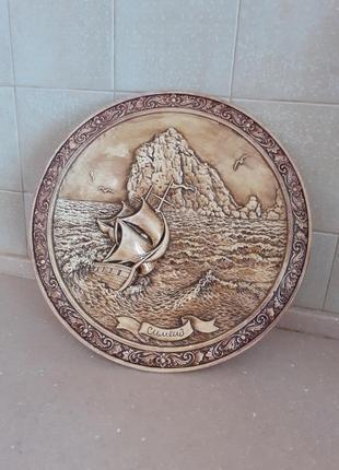 Керамическая декоративная тарелка.